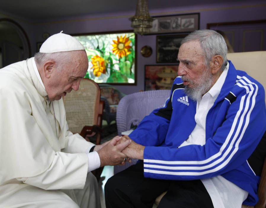Papa Francisco parece reverenciar Fidel Castro, o velho carrasco dos católicos persguidos em Cuba